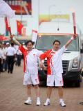 图文-奥运圣火在唐山传递 火炬手马乾与陈国鹰