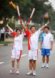 图文-奥运圣火在天津传递 赵家佑与陈明华展示火炬
