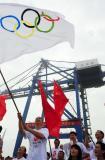 图文-奥运圣火在天津传递 群情激昂彩旗飘扬