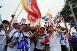 图文-奥运圣火在天津传递 群众争相触摸火炬