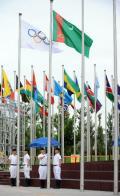 图文-土库曼斯坦代表团举行升旗仪式 升起国旗