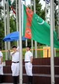 图文-土库曼斯坦代表团举行升旗仪式 旗手升旗