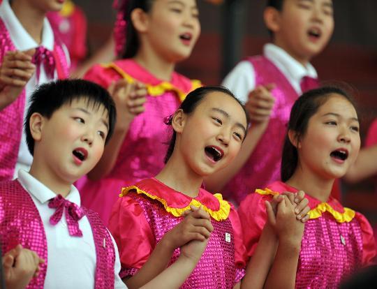 """图文-""""同心结""""学校合唱团 小演员们声情并茂"""