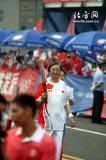 图文-北京奥运圣火在天津传递 冯骥才面容平和
