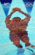 """图文-""""水怪""""出没水立方 戴着脚蹼在潜泳"""