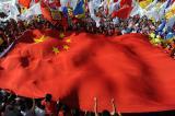 图文-奥运圣火继续在天津传递 当地群众扬国旗助威