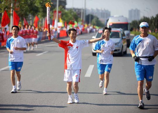 图文-奥运圣火继续在天津传递 火炬手赵晓呼在传递