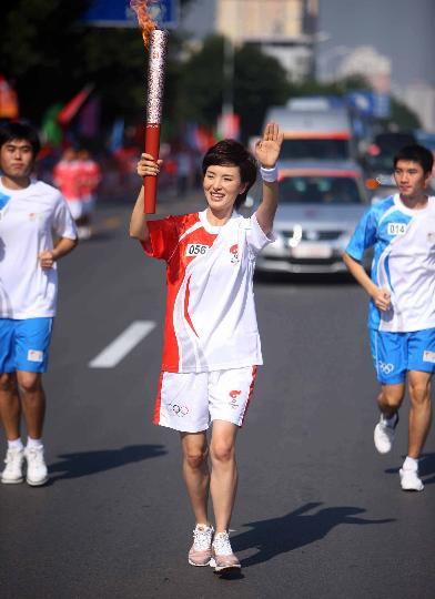 图文-奥运圣火继续在天津传递 火炬手李明娟在传递