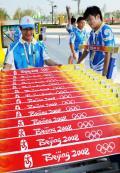 图文-北体学生在演练布置跨栏比赛栏框 深感自豪