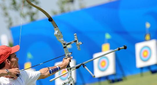 图文-美国箭手正积极备战 旺德利在射箭场训练