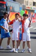 图文-奥运圣火继续在津传递 陈培刚赵艳新展示火炬