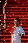 图文-奥运圣火继续在天津传递 范玉恕开始传递
