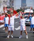 图文-奥运圣火继续在天津传递 交接后合影留念
