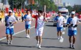 图文-奥运圣火继续在天津传递 律斌手持火炬传递