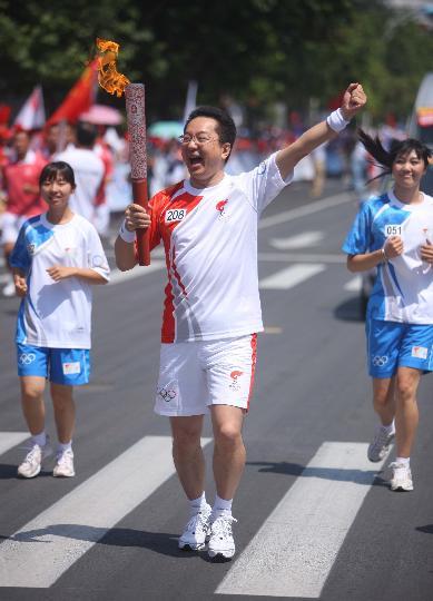 图文-奥运圣火继续在天津传递 白培霖手持火炬传递