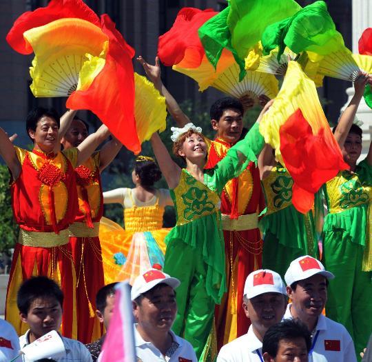 图文-奥运圣火继续在天津传递 天津市民载歌载舞