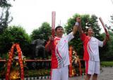 图文-奥运圣火在四川广安传递 邓小平铜像见证传递