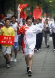 图文-奥运圣火四川广安传递 奥运冠军唐琳举起祥云