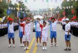 图文-奥运圣火在四川广安传递 心手相连举过头顶