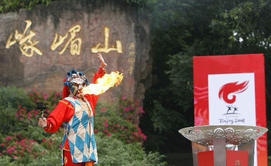 图文-北京奥运圣火在乐山传递 演员在表演川剧