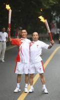 图文-北京奥运圣火在乐山传递 邓家坤李成修交接