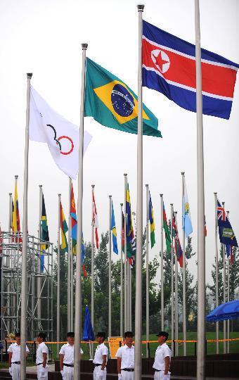 图文-朝鲜代表团举行升旗仪式 国旗奥运村上空飘扬