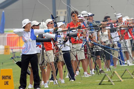 图文-韩国射箭队备战北京奥运 朱贤贞开弓拉箭