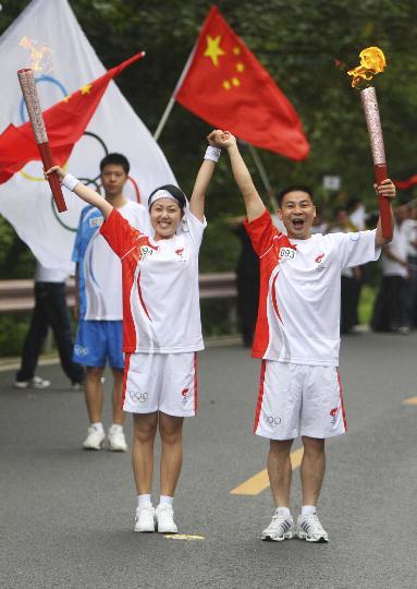 图文-奥运圣火在乐山传递 美女火炬手接过火炬