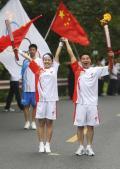 图文:(奥运火炬)(68)奥运圣火在乐山传递
