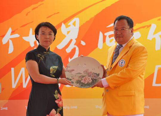 图文-蒙古国代表团举行升旗仪式 向代表团赠送礼品