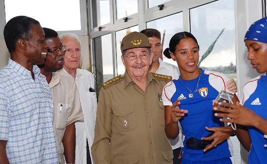 图文-卡斯特罗迎接古巴代表团回国 赶紧合影留念