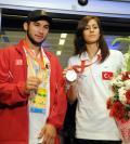 图文-土耳其奥运健儿回国 展示奥运奖牌很开心