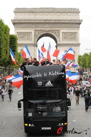 图文-法国奥运代表团巴士游街 凯旋门前展示激情