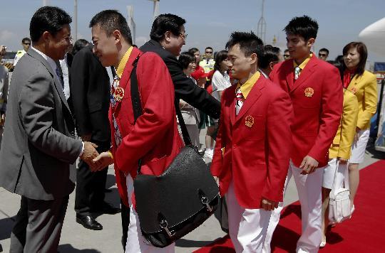 图文-国家奥运金牌运动员代表团抵港 高官到场迎接