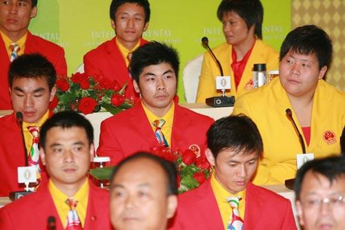 图文-中国奥运金牌运动员记者会 举重冠军陆永