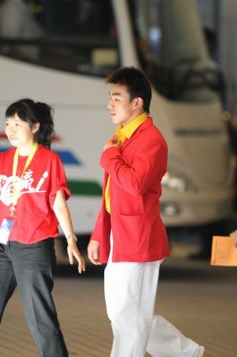 图文-中国63北京奥运冠军抵港 廖辉帅气西装