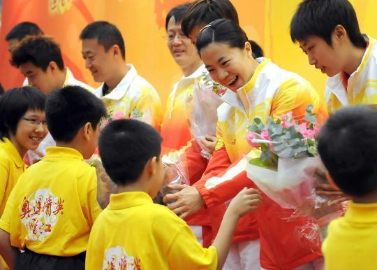 图文-国家乒乓球队赴香港访问表演 王楠笑得灿烂