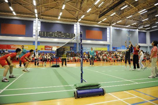图文-国家羽毛球队赴香港访问表演 观众真不少