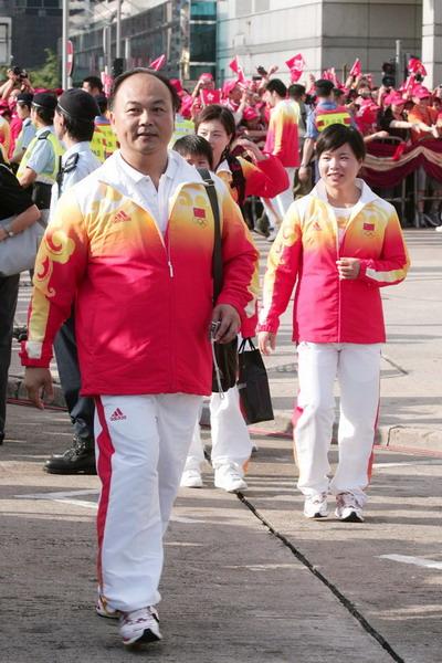 图文-金牌代表团在香港参加升旗礼 举重队众将