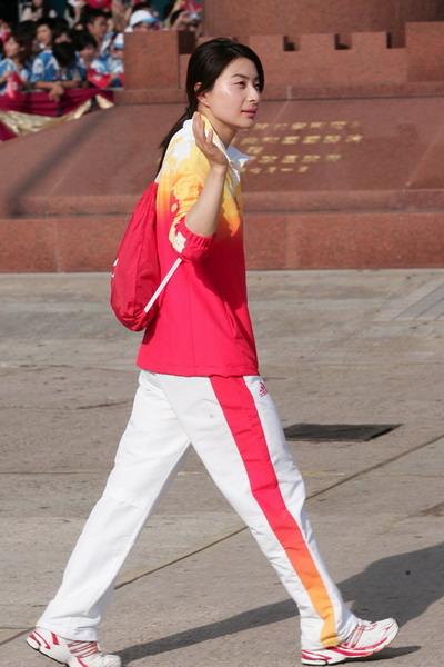 图文-金牌代表团在香港参加升旗礼 郭晶晶依然是焦点