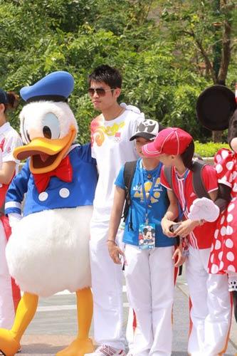 图文-奥运冠军游香港迪斯尼乐园 林丹还那么酷