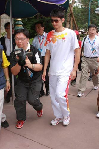 图文-奥运冠军游香港迪斯尼乐园 林丹是焦点人物