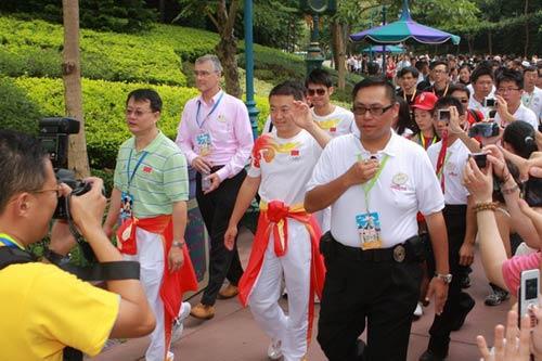图文-奥运冠军游香港迪斯尼乐园 受欢迎程度让人惊