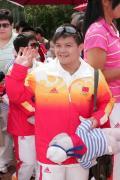图文-奥运冠军游香港海洋公园 可爱的龙清泉