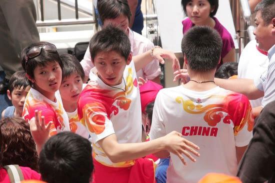 图文-奥运冠军游香港海洋公园 林跃看到了什么