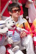图文-奥运冠军游香港海洋公园 陈若琳目光坚毅