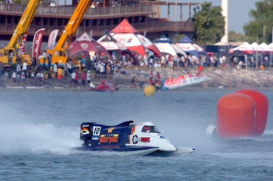 图文-F1摩托艇阿布扎比站正赛大西洋队赛艇