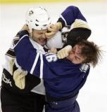 图文-2008路透年度精彩图片冰球队选手大打出手