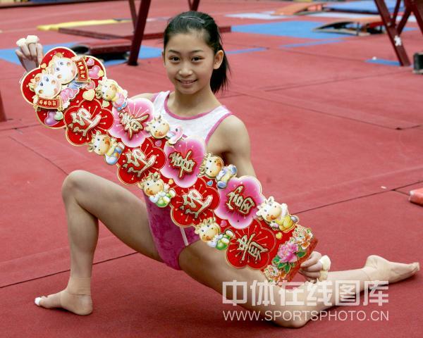 图文-中国体操队向全国人民拜年