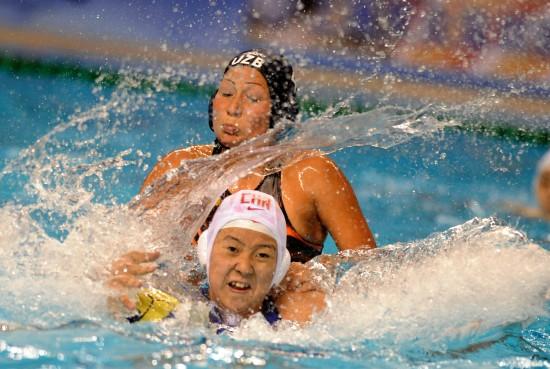 图文-水球亚锦赛中国女队胜乌兹别克宋东伦努力拼抢